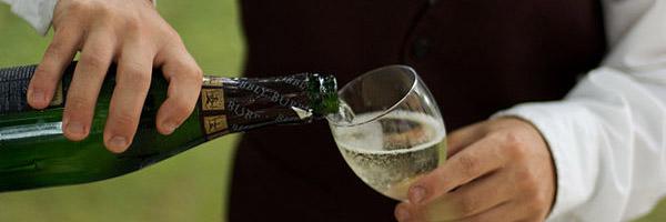 Prosecco wine pour