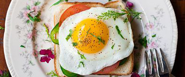 Fried eggs and tomato toast brunch